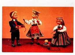 Poupees Russes Dolls In Estonian  National Costumes, On An Evening, Tricot, Pelotes Delaine - Jeux Et Jouets