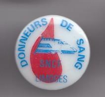 Pin's En Porcelaine Thoscas Limoges Donneurs De Sang SNCF Limoges Réf 7668JL - Villes