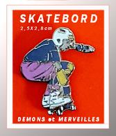 SUPER PIN'S SKATEBOARD : Belle Création DEMONS Et MERVEILLES, Skatebordeur En Action, émail Grand Feu Argent, 2,5X2,8cm, - Skateboard