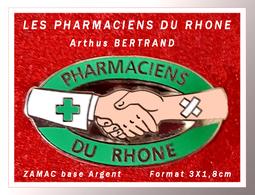 SUPER PIN'S MEDICAL-Arthus BERTRAND : LES PHARMACIENS Du RHÔNE En ZAMAC Base ARGENT, Format 3X1,8cm - Medical