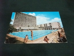 PIN UP BIONDA  BIKINI DONNA PISCINA HOTEL CASTELL DE MAR CALA MILLOR  MALLORCA SPAGNA - Pin-Ups