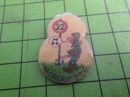 313K Pin's Pins / Rare Et Beau : MOTOS / MAROUETTE MOTARD EN TRAIN DE PISSER SUR UN PANNEAU 92 - Motorbikes