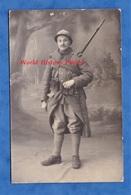 CPA Photo - Portrait Studio D'un Poilu Bien équipé - Régiment D'Infanterie - Fusil Baïonnette Patch Casque Arme Gun WW1 - Militari