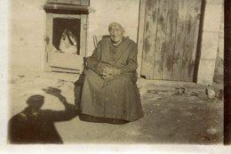 PHoto Prise Le 7 Août 1928 Vieille Femme Assise Devant Poulailler Ombre Homme Qui Lève Chapeau Pour Saluer A Identifier - Places