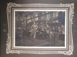 Photo De Tous Les Jours D'avant Guerre Ouvrier En Usine Dim 13cm X 18cm Sur Carton - Personnes Anonymes