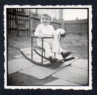 B9972 - TOP Foto Kind Auf Schaukel Schaukelpferd - Vintage - Fotografie