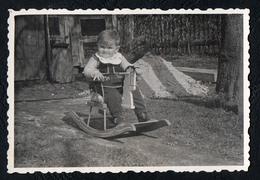 B9975 - Foto - Kleiner Junge Schaukelpferd - Vintage - Fotografie
