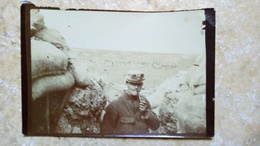 Photographie 8x6cm Originale - MILITAIRE FUME LA PIPE Sur Un Territoire Inconnu - Origine BELFORT - Vers 1930/40 - Guerre, Militaire