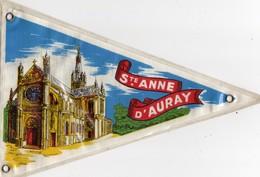 -- FANION TOURISTIQUE VINTAGE TISSU PLASTIFIE - SAINTE ANNE D'AURAY BRETAGNE -- - Obj. 'Souvenir De'
