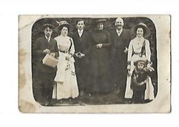 UNE FAMILLE AU GRAND COMPLET PHOTO EN MAUVAIS ETAT MAIS INTERRESSANTE POUR LES COSTUMES - Anonymous Persons