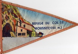 -- FANION TOURISTIQUE VINTAGE Sur TISSU - REFUGE DU COL DE ROUSSET(1255 M) - COL DU ROUSSET VUE SUR LE DIOIS   -- - Obj. 'Souvenir De'