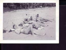 Photo Ancienne Groupe Hommes Maillot De Bains Sur Une Plage - Personnes Anonymes