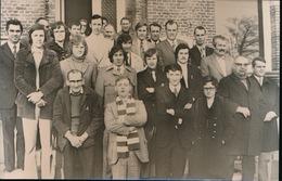 OUDENBURG    FOTO 1973  14 X 9  CM  -  VOETBALKAMPIOEN OP GEMEENTEHUIS - Oudenburg