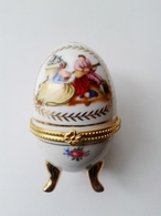 Oeuf En Porcelaine Décor Marquis Et Marquise Fermeture Fleur ( D'autres Sur Le Site) - Oeufs