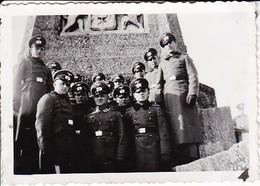 Foto Gruppe Deutsche Soldaten Vor Denkmal - 2. WK - 9*6cm (37951) - Krieg, Militär