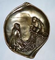 RARE ANCIEN VIDE POCHE EN BRONZE DORE COUPLE DE PECHEURS BRETONS ? TBE - Bronzes