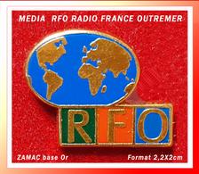 SUPER PIN'S RADIO FRANCE OUTREMER : Visuel GLOBE Pour RFO,  Zamac Base Or, Format 2,2X2cm - Arthus Bertrand