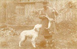 Carte PHoto D'un Chasseur Qui Montre à Son Chien De Chasse Le Gibier Lapins Maison Derrière à Identifier - Chasse
