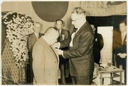Photo De Presse 1955: Japon Mr Lefaucheux (directeur Gl Renault) Visite Hino Diesel Qui Monte Les 4CV Au Japon. - Cars