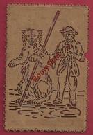 Carte En Cuir Découpée. Très Beau Travail Probablement Exécuté Au Canif. Le Montreur D'Ours. Recto/verso. - Cartes Postales
