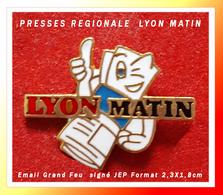 SUPER PIN'S MEDIAS-PRESSE : LYON MATIN, Pin's Humoristique En émail Grand Feu Base Or, Signé JEP, Format 2,3X1,8cm - Médias