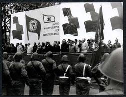 C0020 - Foto - DDR Propaganda Armee Kampfgruppe Parade Offizier Soldat Uniform - Fotografie