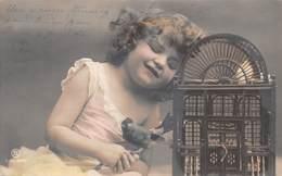 Petite Fille Avec Son Oiseau - Cage - Enfants