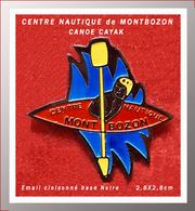 SUPER PIN'S CANOE-KAYAK : CENTRE NAUTIQUE De MONTBOZON (Haute-SAONE-70), émail Cloisonné Base Noire, 2,8X2,8cm - Canoë