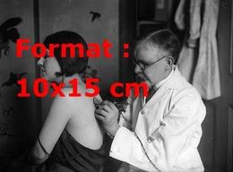 Reproduction D'une Photographie Ancienne D'un Tatoueur Tatouant Le Dos D'une Femme En 1930 - Reproductions