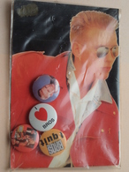 BROS - Button ( 4 Pcs. ) + Postcard ( N° 21 ) See / Zie Foto Voor Detail ! - Musique