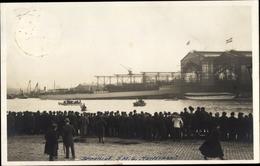 Photo Cp Deutsches Kriegsschiff, SMS Karlsruhe, Stapellauf, Werft In Kiel - Bateaux