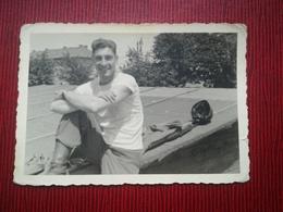 MILITAIRE ANGLOPHONE SOURIANT À 3 MOIS DE LA LIBÉRATION GUERRE 1939 - 1945  ALLEMAGNE GERMANY 1 PHOTO + 1 CARTE POSTALE - Guerra, Militari