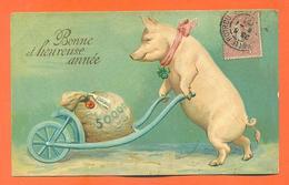 """CPA En Relief Chromo """" Bonne Et Heureuse Année """" Cochon Poussant Une Brouette D'argent - Pigs"""