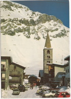 Val D'Isère: PEUGEOT 104, BMW 733i, SEAT 131, JEEP XJ, CITROËN DYANE, GS BREAK, 2CV, RENAULT 5 - L'église - Toerisme