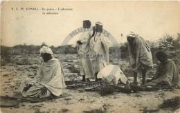 /!\ 8326 - CPA/CPSM - Afrique  : Somalie : En Prière - Somalie