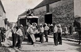 Thématiques 2018 Commémoration Fin De Guerre 1914 1918 Chargement D'un Blessé Dans Une Voiture D'Ambulance - Guerre 1914-18