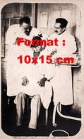 Reproduction D'une Photographie Ancienne D'un Dentiste Français Enlevant Une Dent D'un Homme De Couleur En 1910 - Reproductions