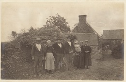 Photo Format Carte Postale Bretagne Kervoelen Et Sa Famille 1921 - Lieux