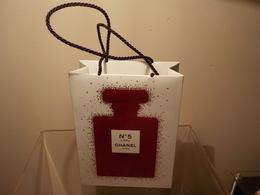 """CHANEL """" N°5 Rouge """" Noël 2018  Petit Sac Cadeau - Cartes Parfumées"""