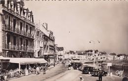 44. LE CROISIC. PLACE BOSTON ET L'HOTEL MASSON.  ANNÉE 1955. ANIMATION A LA TERRASSE ET VOITURES - Le Croisic