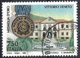 Italia, 1995 Vittorio Veneto Medaglia D'Oro, 750L # Sassone 2152 - Michel 2372 - Scott 2022E  USATO - 1946-.. République