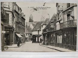 Caen. La Rue Porte-au-Berger Et La Tour Du Sépulcre. Animée - Caen