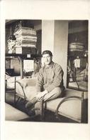AVIATEUR SUR SON LIT DANS SA CHAMBREE   CARTE PHOTO - War, Military