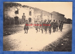 Photo Ancienne - Bataille De MONTDIDIER - Groupe De Poilu Indien Dans Un Village De La Somme - 1918 WW1 Indian Soldier - Guerre, Militaire