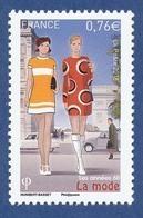 FRANCE La Mode, Années 60 Neuf**. Robes Courrèges. 2CH Et Ami 6 Citroën (en Arrière Plan). Paris, Arc De Triomphe. - Textile