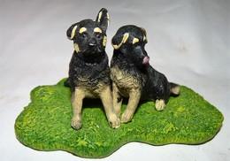 STATUETTE FIGURINE JOLI CHIEN DEUX BEBES BERGER ALLEMAND Tbe - Dogs