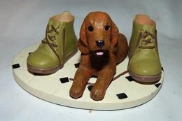 ADORABLE STATUETTE FIGURINE JOLI CHIEN RESINE BEBE COCKER ENTRE DES CHAUSSURES   Tbe - Dogs