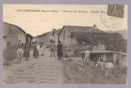 Cpa Du 04- LES GRILLONS- Le Hameau & La Grande Rue (belle Amination) - Francia