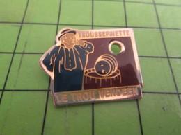 115a Pin's Pins /  Belle Qualité Et Rare / THEME BOISSONS / COPIE HONTEUSEMENT SUR LE TROU NORMAND LE TROU VENDEEN TROUS - Beverages