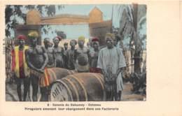 Dahomey - Cotonou / 64 - Piroguiers Amenant Leur Chargement Dans Une Factorerie - Dahomey